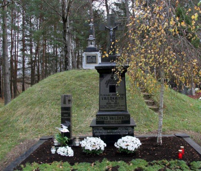 juozapo-ir-jono-vailokaiciu-kapas-pastuvoje