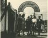 Bortkevičių ir Kalendrų šeimos prie pereinamosios stovyklos vartų. Brėmenas, 1949 m. (K. Kalendros nuotr., LNM)