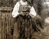 """Dzūkės mergaitės tautinis kostiumas. Iš etnografės Mikalinos Glemžaitės sudaryto leidinio """"Lietuvos moterų tautiniai drabužiai"""". 1939 m."""