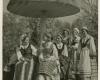 Tautiniais drabužiais apsirengusios moterys prie pavėsinės. XX a. 4 deš.