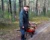 Juozukas, nesupranta - pilnas miškas šakų, tai kam malkas pirkti... Šakų net ir skaldyti nereikia, džiaugiasi 82 metų guvus senolis.-1200