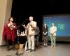 Vertinimo komisijos pirm. J. Lingys sveikina II vietos laureatę R. Ščiglinskienę-2400