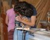 Dirtuvių dalyviai prisiliečia prie medžio ir mokosi naudotis įrankiais