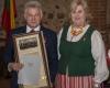 Seimo narė R. Šalašavičiutė apdovanoja A. Gedvilą_DSC1811-2400
