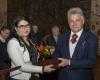 Muziejaus direktorė Alvyga Zmejevskienė priima Žemaitijos kunigaikščių atminimo rinkinį iš A. Gedvilo_DSC1827-2400