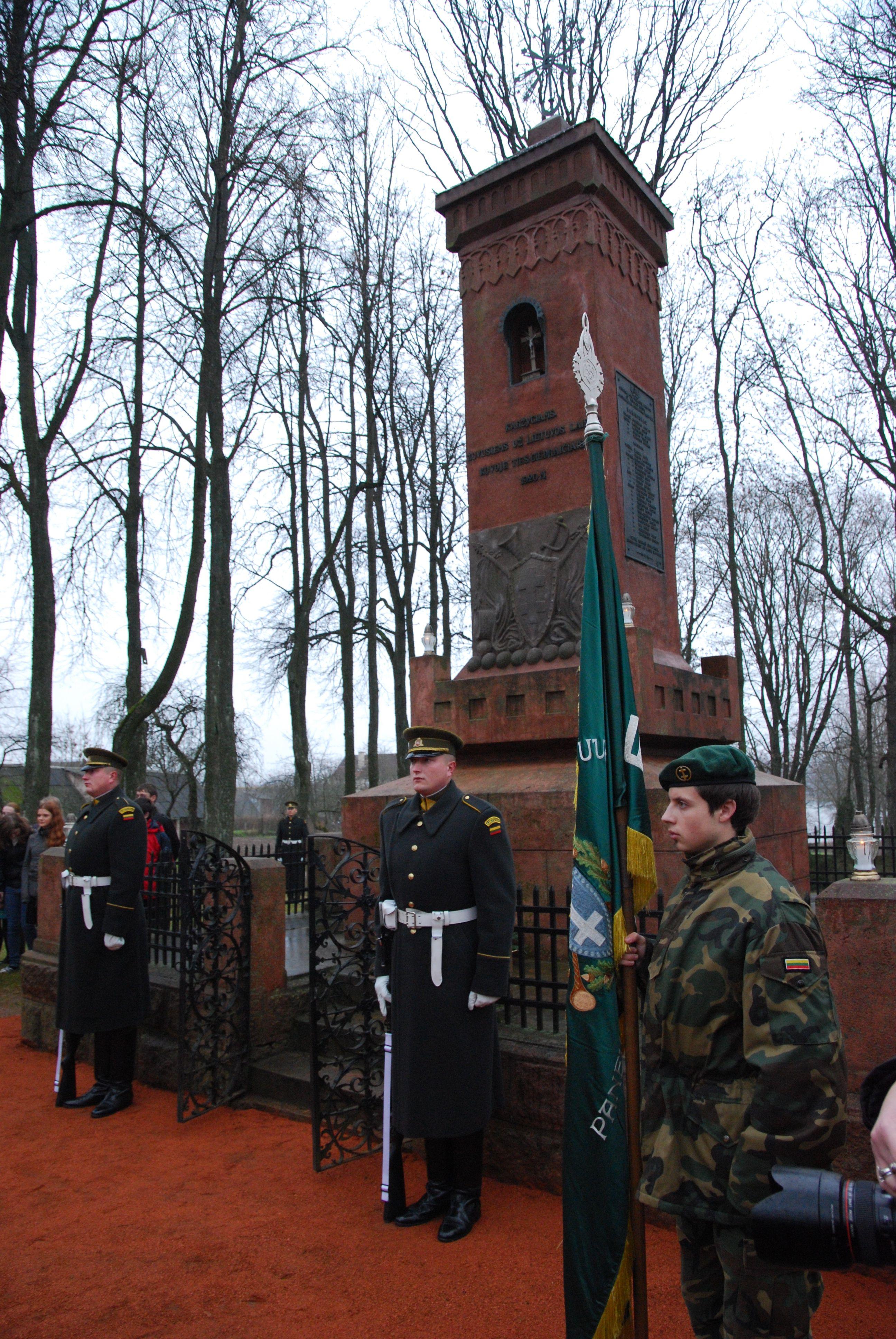 Garbės sargyba atiduoda pagarbą prie istorinius mūšius Giedraičiuose įamžinusio monumento. S.Nemeikaitės nuotr.