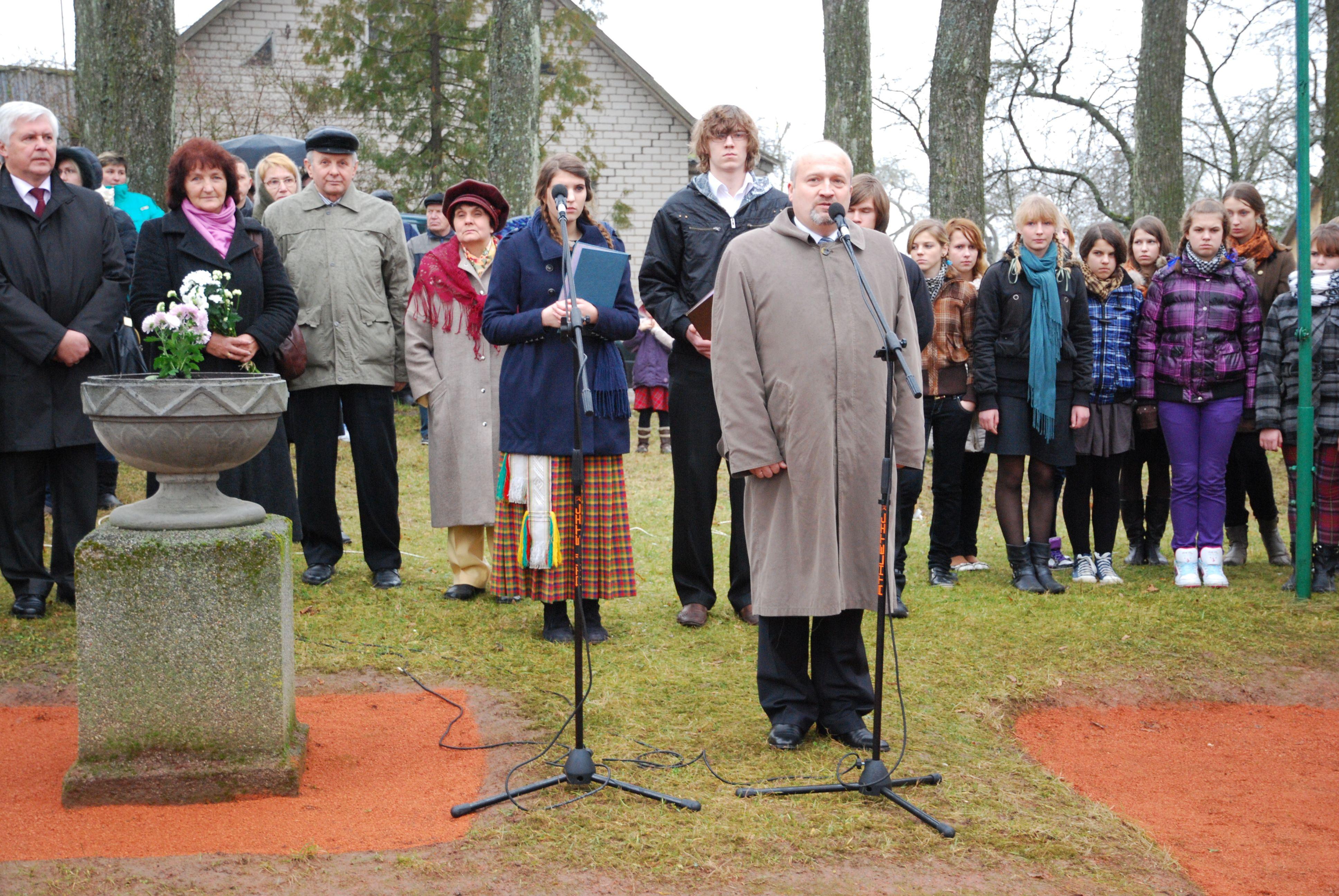 Giedraičiuose, prie Devintojo pėstininkų pulko paminklo, Seimo narys G.Songaila pabrėžė istorinės atminties svarbą ir plietiškumo, patriotizmo tradicijų tęstinumą. S.Nemeikaitės nuotr.