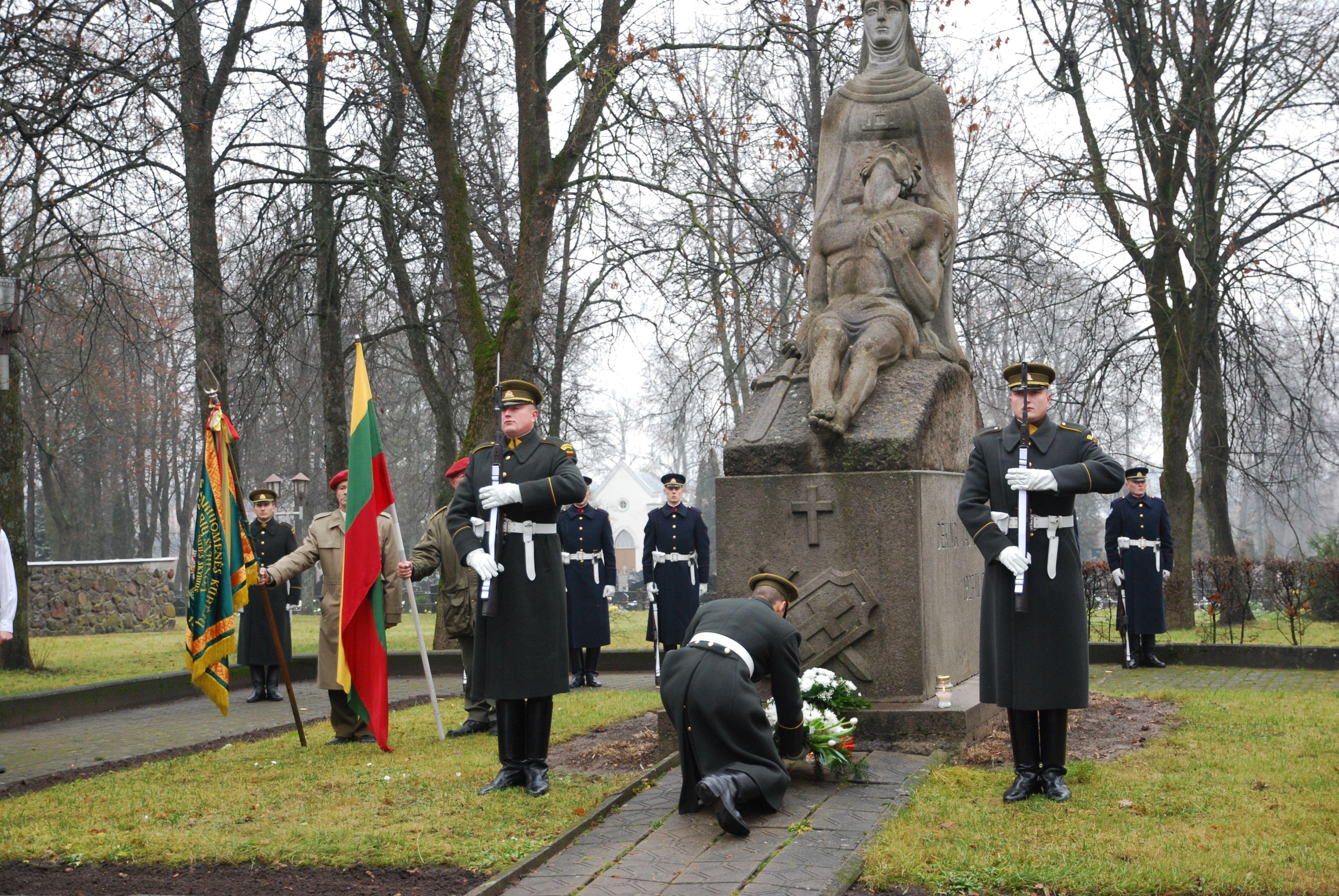 Gėlės – prieš 90 metų žuvusiųjų dėl Lietuvos laisvės atminimui Širvintose, prie Nepriklausomybės paminklo | S. Nemeikaitės nuotr.