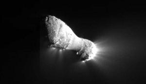 Hartlio kometos branduolys iš 700 km. atstumo