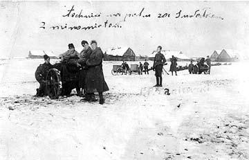 Lenkijos kariuomenės 41-ojo Suvalkų pėstininkų pulko minosvaidininkai užtaisę vokiškus 250 mm kalibro minosvaidžius. 1920 m.