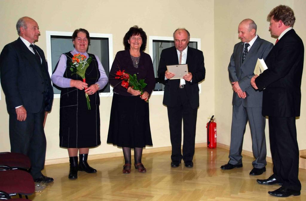 """""""Vilnijos"""" draugijos nariai su gražia sukaktimi nuoširdžiai sveikino jos pirmininką K.Garšvą (antras iš dešinės)   S. Nemeikaitės nuotr."""