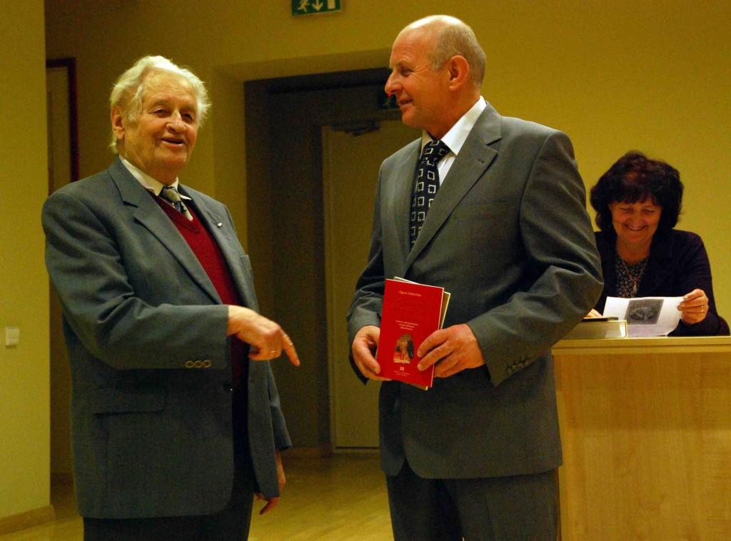 Akademikas Z.Zinkevičius(iš kairės) emocingai pasveikino savo buvusį mokinį K.Garšvą   S. Nemeikaitės nuotr.