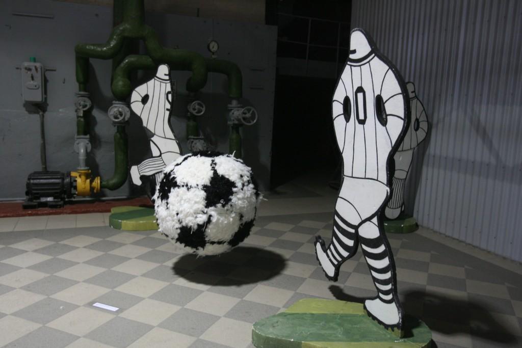 Juodai baltas futbolas muziejaus erdvėje – vienas Dailės akademijos studentų ekspozicijos kūrinių, I.Gelūno nuotr.