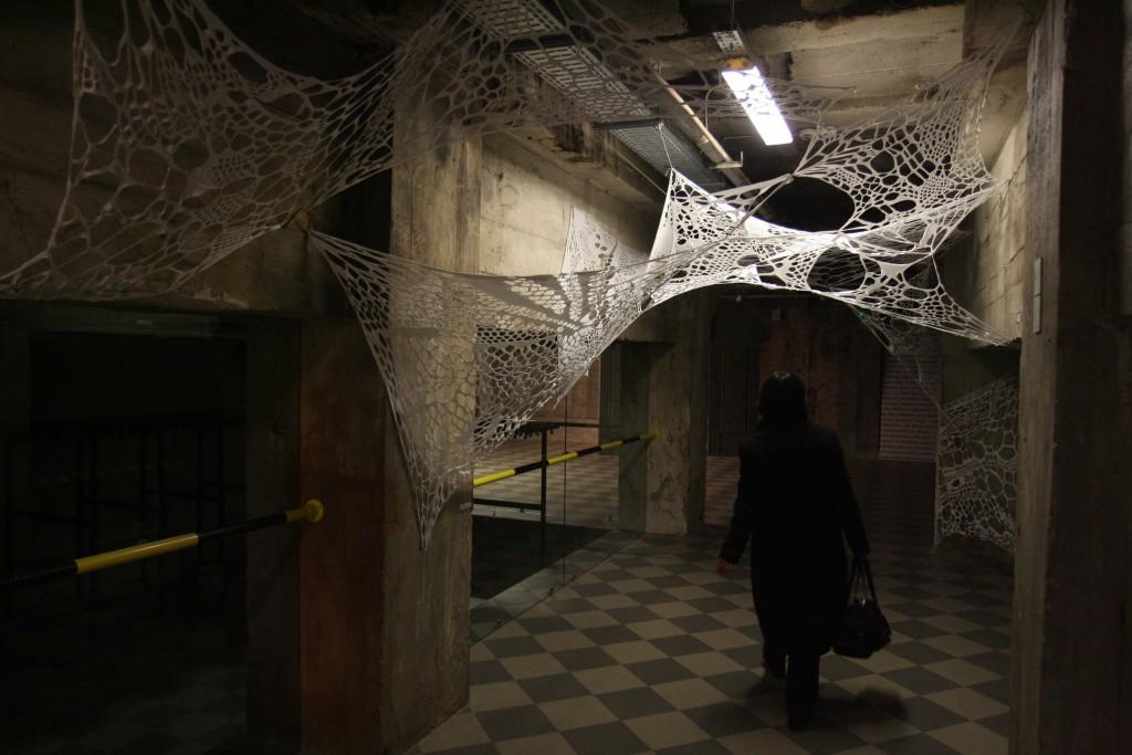 """Muziejaus rūsio užkaborius papuošė parodos Dailės akademijos studentų  parodos """"Tekstilė. Technika. Energija."""" vienas darbų – """"voratinklis"""", I.Gelūno nuotr."""