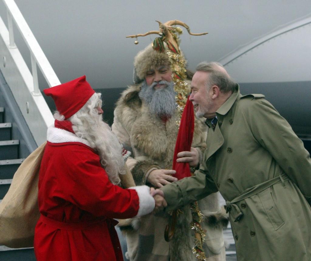 Suomijos Respublikos nepaprastasis ir įgaliotasis ambasadorius Lietuvoje Timo Lahelma sveikina į Vilnių atvykusį suomių Kalėdų Senelį, o lietuvių Kalėdų Senelis juos globoja. 2006 m. Viktoro Kapočiaus nuotrauka.