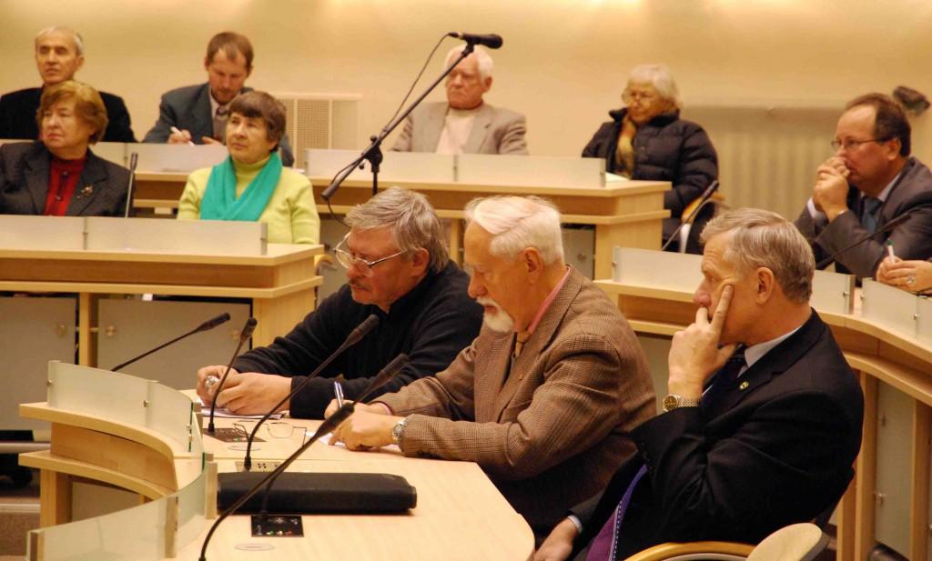 Vienas iš svarbaus visuomenei forumo iniciatorių – Seimo narys Rytas Kupčinskas (pirmas iš dešinės) | S.Nemeikaitės nuotr.