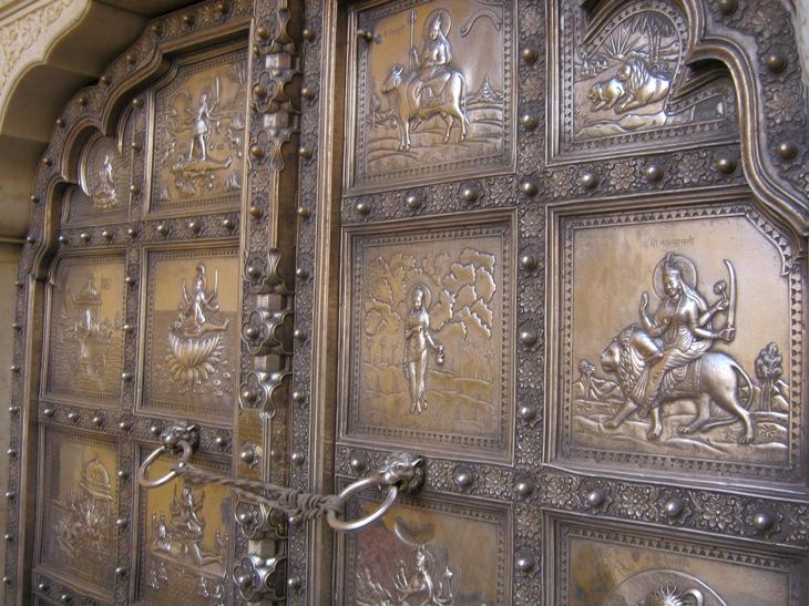 Kali šventyklos durys