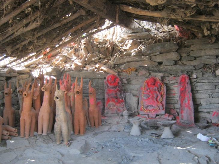 Kaimo šventyklėlės vidus. Keraminiai žirgeliai