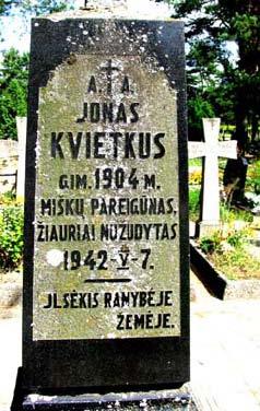 4 pav. Armijos krajovos 1942 m. nukankinto lietuvio girininko J. Kvietkaus kapas Maišiagaloje (Vilniaus r.). Visas antkapio epitafijos tekstas buvęs toks: Ilsėkis ramybėje tėviškės žemėje. Netrukus žodis tėviškės lenkų šovinistų buvo nukapotas.