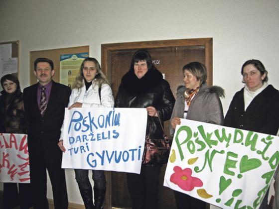 Poškonių vaikų motinos pasipiktinusios Šalčininkų rajono savivale, 2009 m., N.Balčiūnienės nuotr.