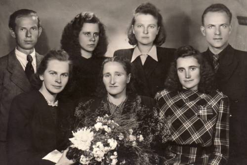 Pranė Dundulienė su I-ąja studentų etnografų laida 1950 m.