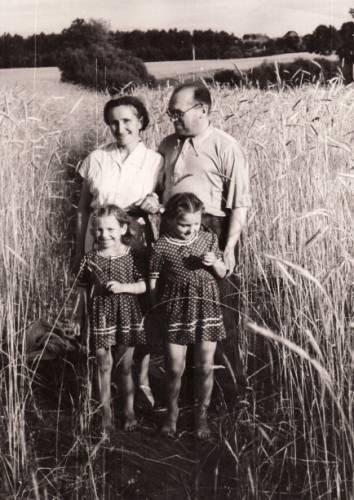 Profesorė Pranė Dundulienė ir Bronius Dundulis su dukterimis Ieva ir Daiva