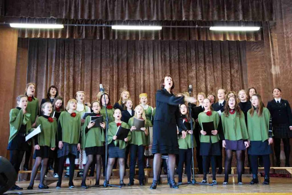 Širvintų Lauryno Stuokos-Gucevičiaus gimnazijos choras pažėrė tautinių dainų popuri