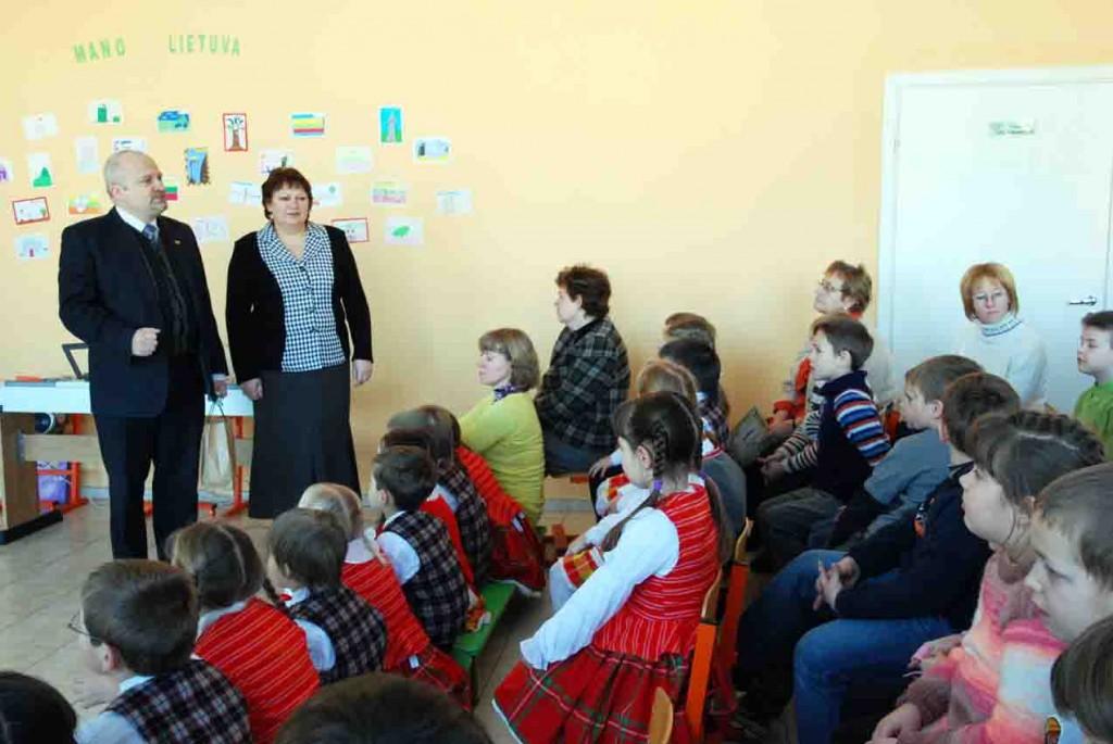 Seimo narys Gintaras Songaila ir Širvintų pradinės mokyklos mokytoja Daiva Sakalauskienė turėjo ką papasakoti mažiesiems širvintiškiams