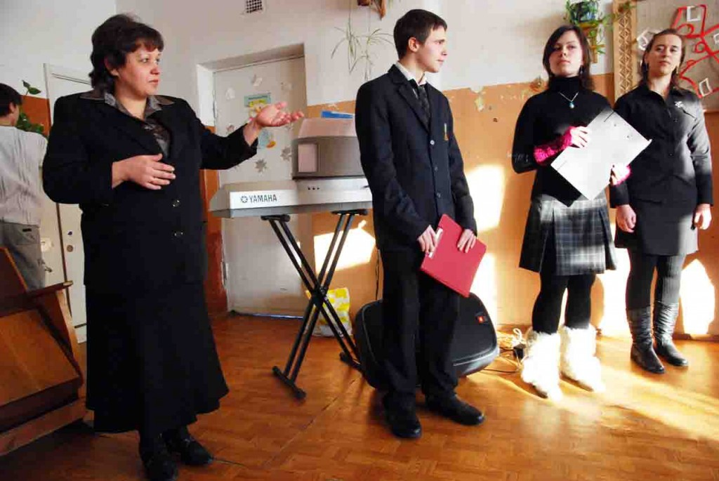Lauryno Stuokos-Gucevičiaus gimnazijos muzikos mokytoja Irena Vasiliauskienė su savo auklėtiniais dovanojo koncertą Medžiukų bendruomenei