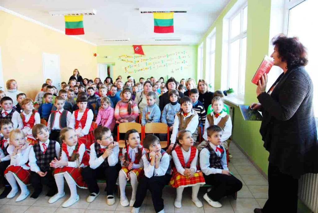"""Seimo nario G.Songailos padėjėja geografė, etnokultūrininkė ir keliautoja Nijolė Balčiūnienė Širvintų pradinės mokyklos vaikams dovanojo savo knygą  """"Abipus Neries"""""""