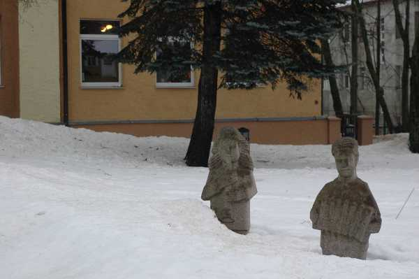 6. Liaudanskio skulptūros prie Kelmės mažojo teatro