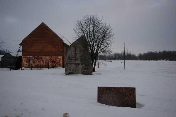 7. Liaudies meistro Juozo Liaudanskio skulptura Broniui Lauceviciui-vargšui prie Kražantės pakrantėje stovinčio seno malūno
