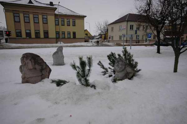 15. Skulptūrų simpoziumo dalyvio iškalti nykštukai Kelmės centre