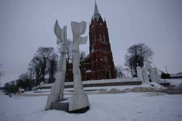 19. Vildžiūno skulptūros ir bažnyčios kontrastai