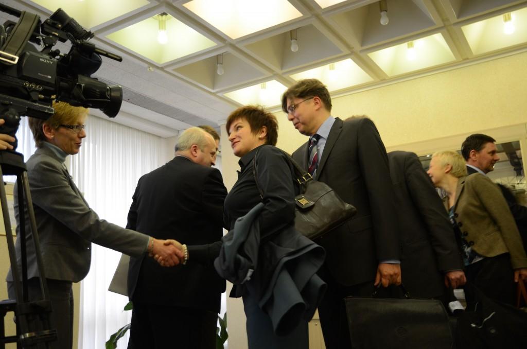 Prieš susėsdamos prie derybų stalo nuoširdžiai pasisveikino  L.Zakarevičienė, Lietuvos ambasadorė Lenkijoje(kairėje) ir Lenkijos delegacijos vadovė U.Augustyn.