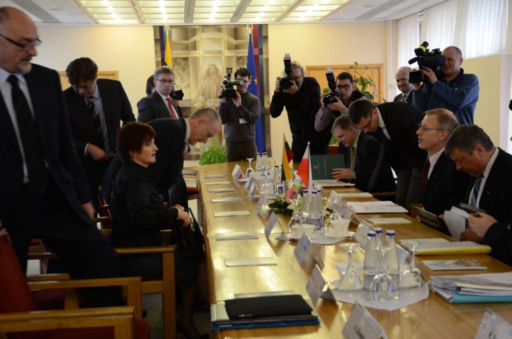 Lietuvos ir Lenkijos parlamentinės asamblėjos darbo grupės derybos sulaukė didelio žiniasklaidos ir visuomenės dėmesio. Antra iš kairės – Lenkijos delegacijos vadovė. U.Augustyn, antras iš dešinės – Lietuvos delegacijos vadovas A.Kašėta.