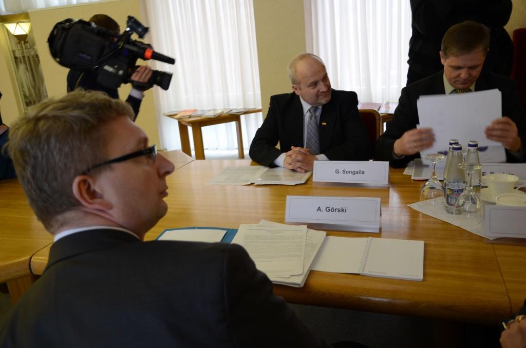 Dideli oponentai politikoje – A.Gurskis, Lenkijos deleagacijos narys(iš dešinės)  ir G.Songaila, Lietuvos delegacijos atstovas(sėdi priešais) – buvo draugiškai nusiteikę.