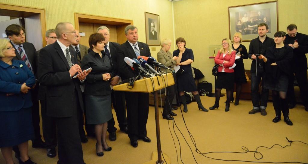 Derybų pertraukos metu Lietuvos ir Lenkijos parlamentinės asamblėjos darbo grupės atstovai  turėjo atsakyti į nemažai žiniasklaidos klausimų.