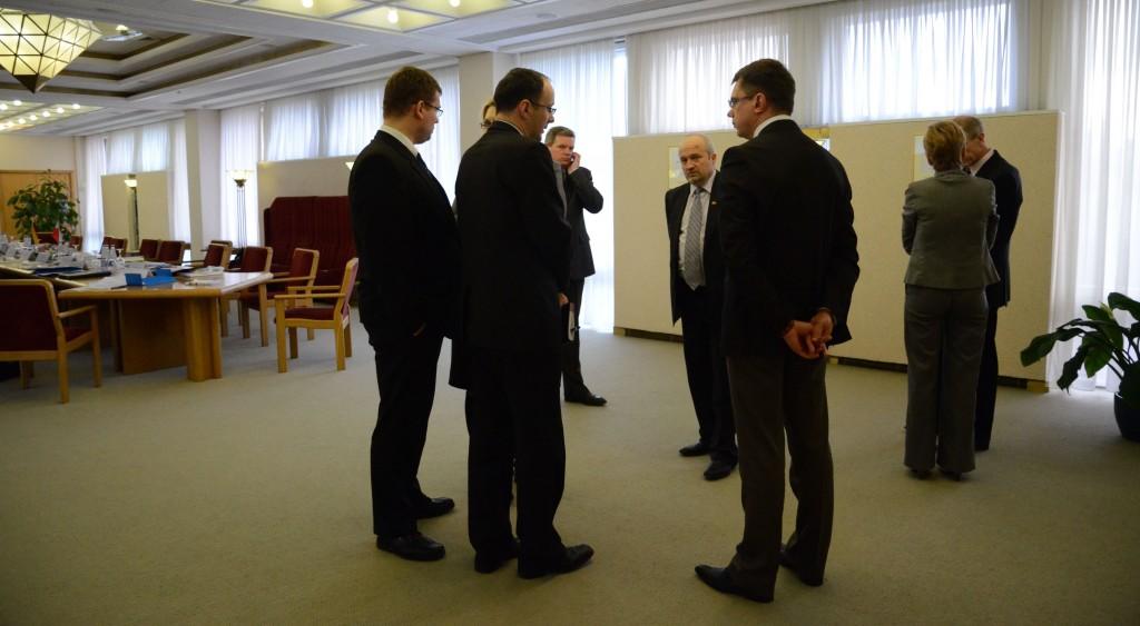 Nedidelė pertrauka ir atokvėpio minutė derybų salėje.