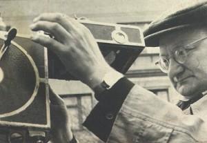 """Stepas Uzdonas - vienas pirmųjų Lietuvos kino operatorių. Nuo 1932 m. filmavo siužetus lietuviškai kino kronikai. Vėliau - pirmuosius kino kronikos žurnalo """"Tarybų Lietuva"""" numerius. Žymiausios Stepo Uzdono filmuotos apybraižos: """"Pažinkime Klaipėdą"""" (1933), """"Jara-Šetekšna"""" (su prof. S. Kolupaila, 1934), """"Petras Cvirka"""" (1947). Režisavo apybraižą """"Telšių-Kretingos geležinkelio statyba"""" (1932) ir kt. Nuotraukoje operatorius ir režisierius Stepas Uzdonas.LTMKM A9784"""