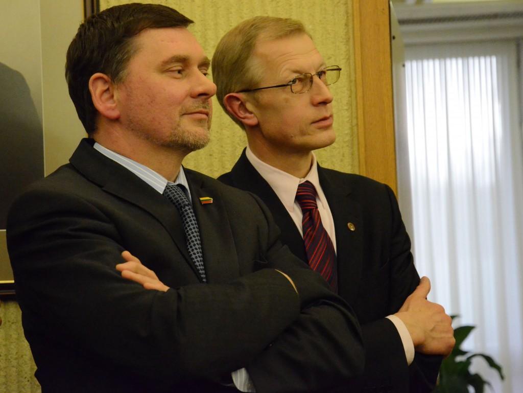 Lenkijos pusės argumentų atidžiai klausėsi(iš kairės) V.Stundys, Seimo Švietimo, mokslo ir kultūros komiteto pirmininkas ir A.Kašėta, Seimo pirmininkės pavaduotojas, Lietuvos parlamentinės delegacijos vadovas.