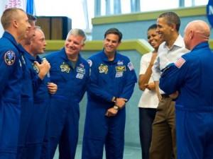 B.Obama kalbasi su astronautais. NASA nuotr.