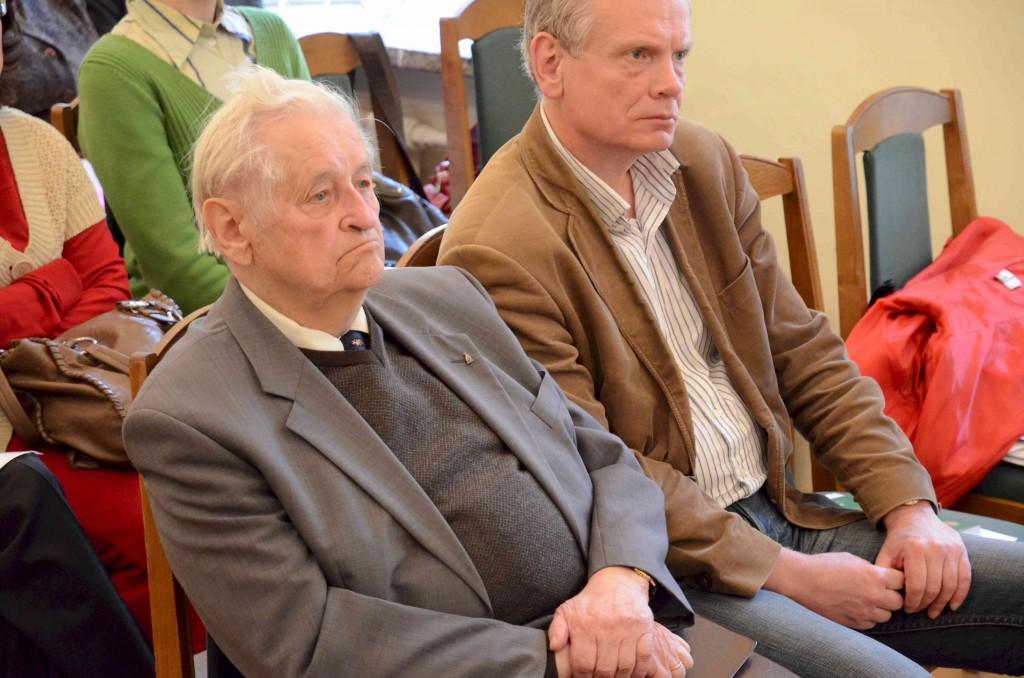 Akademikas Zigmas Zinkevičius(kairėje) pateikė naujausių mokslinių tyrimų apie Vilniaus krašto asmenvardžius.