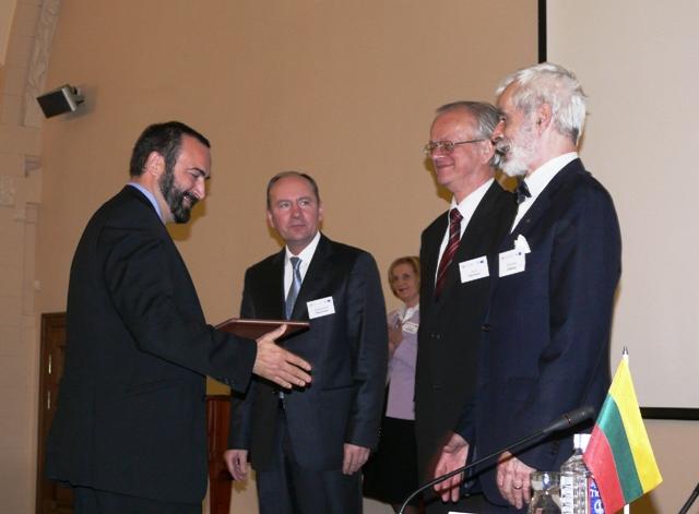 Baltijos šalių mokslo akademijų medalį italų kalbininkui prof. Pietro Umberto Dini įteikia Lietuvos MA prezidentas akad. prof. Valdemaras Razumas,