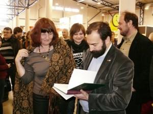 Tarptautinėje Vilniaus knygų mugėje prof. Pietrui Ubertui Diniui nestigo gerbėjų, norinčių turėti kalbininko autografą
