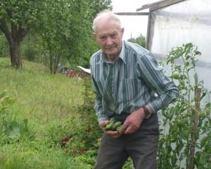 Senelis Adomas savo sodybos darže