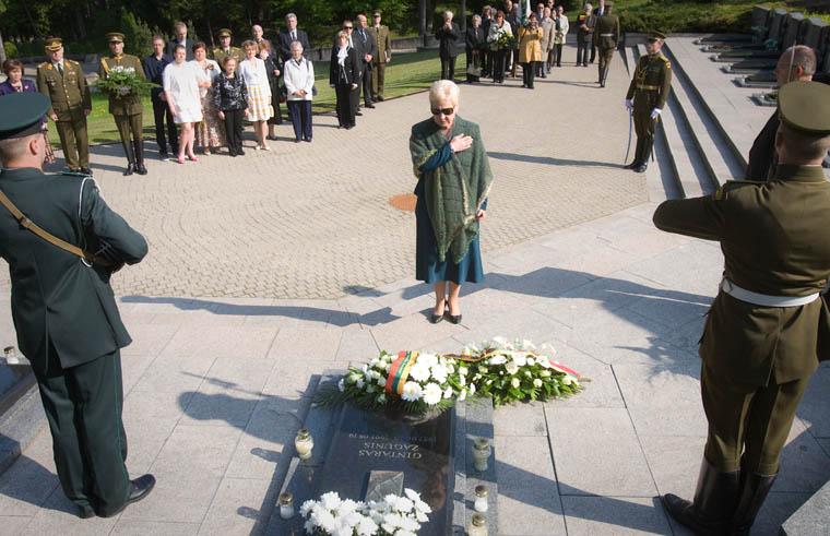 Seimo Pirmininkė Irena Degutienė padėjo gėlių ant pirmojo atkurtos Nepriklausomos Lietuvos pareigūno, žuvusio savo tarnybos vietoje – pasieniečio Gintaro Žagunio amžinojo poilsio vietos Antakalnio kapinėse, minint jo 20-ąsias žūties metines.