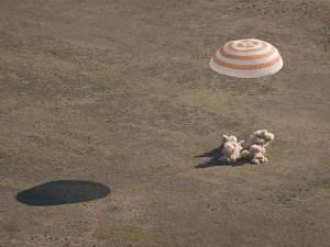 Kapsulė pasiekia Žemę. NASA nuotr.