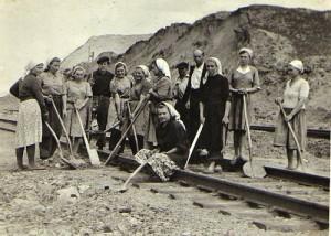 Tremtiniai dirba geležinkelio darbus (1956)