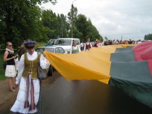Ilgiausią vėliavą nešė pasipuošę tautiniais drabužiais